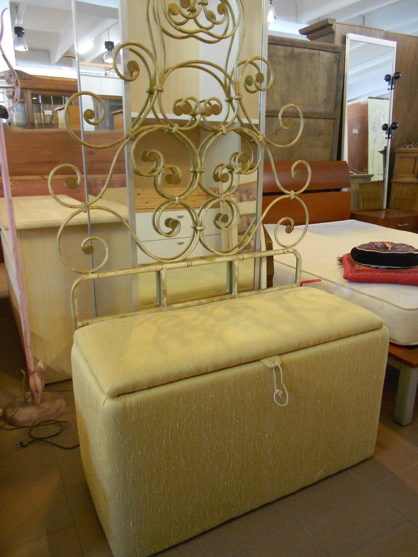 cassapanca imbottita con schienale in ottone mercatino